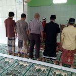 Polres Kutai Timur Polsek Muara Bengkal  melaksanakan kegiatan keagamaan dengan sholat berjamaah bersama warga masyarakat