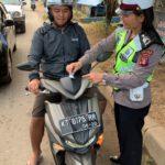 Srikandi Sat Lantas Polres Kutim Melaksanakan Giat Penyebaran Brosur Dan Stiker Keselamatan