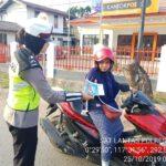 Srikandi Sat Lantas Membagikan Brosur Ops Zebra Mahakam 2019