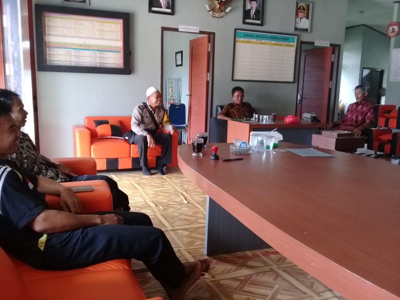 Bhabinkamtibmas Polsek Rantau Pulung Bertamu ke Kantor Kepala Desa