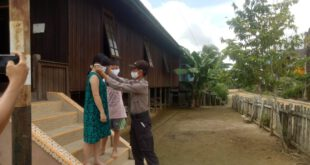 Polsek Kongbeng Polres Kutim Bagikan Masker Kepada Warga Desa Miau Baru