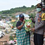 Kapolres Kutim Berbagi Sembako, Kali Ini Sasar Masyarakat Sekitar TPA Sangatta