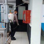 Cegah Covid – 19 Di Tempat Keramaian, Kembali Polres Kutim Lakukan Penyemprotan Disenfektan Di Bank