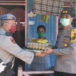 Kapolres Kutim Bagikan Paket Sembako, Buruh Angkut Jadi Sasaran