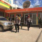 Sinergitas TNI – Polri, Semprotkan Disenfektan Di Tempat Keramaian