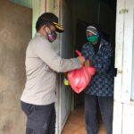 Bantu Warga Yang Terdampak Virus Covid – 19, Waka Polres Kutim Bagikan Paket Sembako