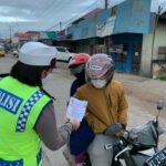 Bagikan Leaflet dan Stiker Himbauan Safety Riding, Sat Lantas Polres Kutim Bagikan Secara Langsung