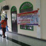 Semprotkan Cairan Disenfektan Sekaligus Bersih – Bersih Tempat Ibadah, Polsek Kongbeng Peringati Hari Bhayangkara Ke – 74