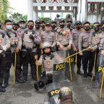 Personil Gabungan TNI  – Polri Beserta Satpol PP Laksanakan Giat Pengamanan Demonstrasi Di Gedung DPRD Kab. Kutim