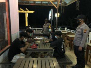 Operasi Yustisi Polsek Muara Wahau Bubarkan Warga Berkerumun