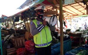 Imbauan Patuhi Prokes di Pasar Induk Sangatta Oleh Sat Lantas Polres Kutim
