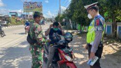 Peduli Kesehatan Masyarakat Ditengah Wabah Covid – 19, Polres Kutim Bagikan Masker Ke Pengendara
