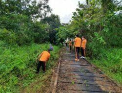 Polsek Muara Ancalong Berpartisipasi Bersihkan Akses Jalan Menuju Danau Luah Putih Kec. Muara Ancalong