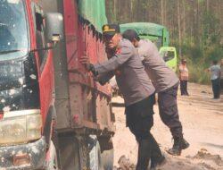 Truk Logistik Pangan Amblas, Kapolsek Muara Bengkal Bantu Warga Lewati Jalan Berlumpur